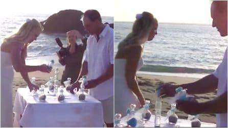 La sposa va via durante la cerimonia: il matrimonio in riva al mare prende una piega inaspettata