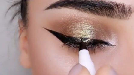 Applica l'eyeliner poi disegna un triangolo dorato al centro: il risultato vi conquisterà