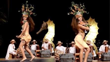 Movimenti sensuali a ritmo di musica: la ballerina è strepitosa