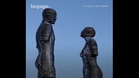 Due statue giganti si incontrano ogni giorno, ma il loro è un amore impossibile