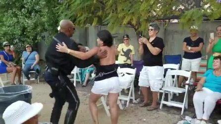 Il poliziotto si scatena con il latino americano: la performance è travolgente