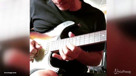 Eros Ramazzotti torna a suonare dopo l'intervento alla mano