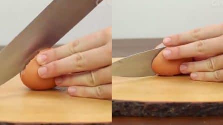 Taglia a metà l'uovo: un metodo veloce per sgusciarle