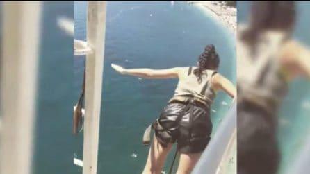 Si lancia dalla piattaforma: bungee jumping sul mare