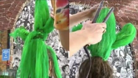 Le colora i capelli di verde: quello che crea è impressionante