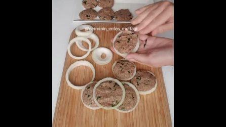 Hamburger avvolti in anelli di cipolla: la ricetta è davvero particolare