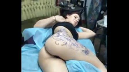 Si fa tatuare tutto il fianco: la ragazza è mezza nuda