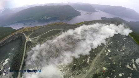 L'esplosione è improvvisa: l'enorme roccia si frantuma in pochissimi secondi