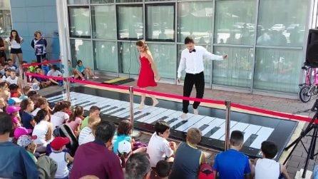 Ballano e suonano il pianoforte con i piedi: la performance è da applausi