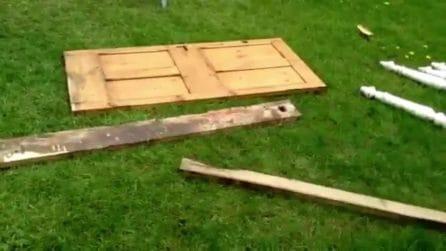 Trova tra i rifiuti dei pezzi di legno: il modo in cui li ricicla è fantastico