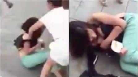 Amante denudata e picchiata in strada: la vendetta della moglie è terribile