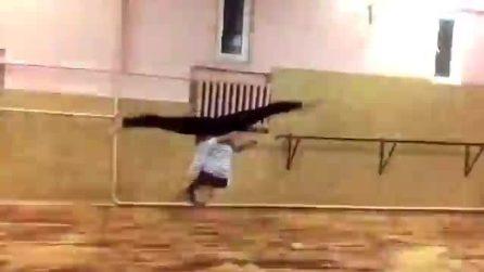 Acrobazie in slow motion: la leggerezza del suo corpo è incredibile
