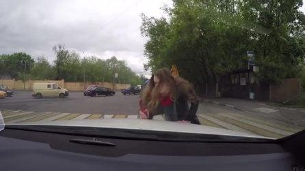 Il virale della donna che picchia un uomo in Russia
