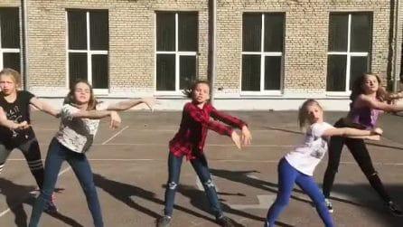 Ballano insieme e sono bravissime: le ragazzine sembrano delle popstar