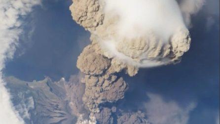 Una spettacolare eruzione ripresa dallo spazio
