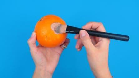 Mette il fondotinta sull'arancia: ecco la tecnica da provare sul tuo viso