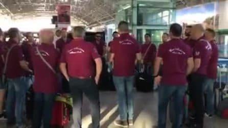 Si mettono in cerchio e iniziano a cantare: la performance del coro all'aeroporto