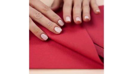 Piega il tovagliolo in modo particolare: la composizione a tavola per sistemare le posate