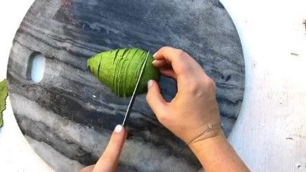 Come tagliare l'avocado: un'idea creativa per servirlo a tavola