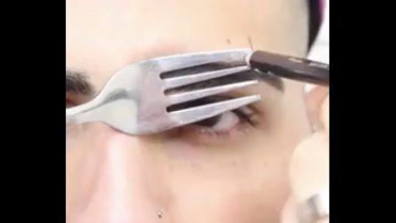 """Usa una forchetta per aggiustare le sopracciglia: un metodo molto """"particolare"""""""