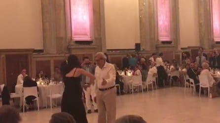 Suona il violino divinamente, Sgarbi non resiste e la invita a ballare