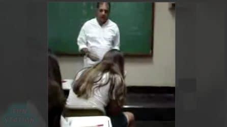 L'alunna parla in classe al cellulare: la reazione del professore è furiosa