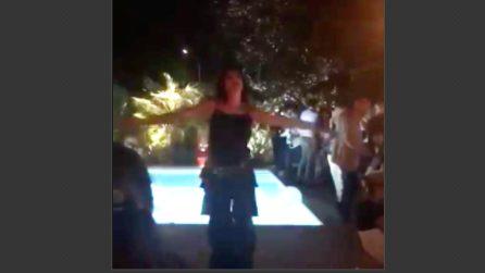 La danza del ventre di Alba Parietti: sempre sensuale, anche a 56 anni