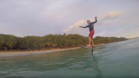 Volare sull'acqua con il super surf: un oggetto rivoluzionario per l'estate