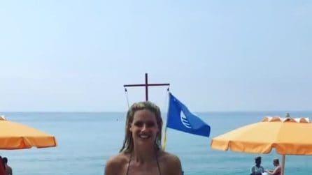 Michelle Hunziker si diverte al mare in bikini