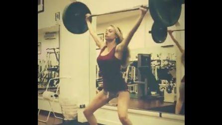 Martina Stella si allena duramente: pesi per tenersi in forma