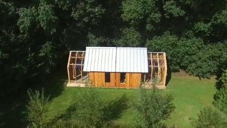 Sembra una comune casa di legno ma, quando le pareti si muovono, il risultato è assurdo