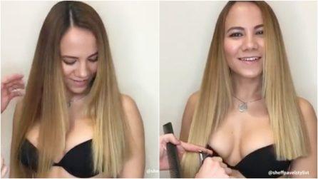 Si fa tagliare i capelli con addosso soltanto il reggiseno: la sexy trasformazione