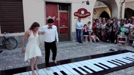 Movimenti armonici sul piano: i due ballerini si abbracciano e danno vita a una dolce melodia
