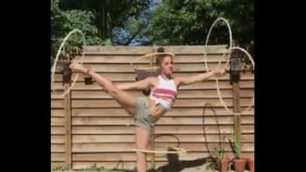 Ha 5 hula hoop e li usa contemporaneamente: la ragazza è fenomenale