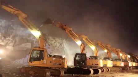 Cina, 200 escavatrici lavorano contemporaneamente: il cavalcavia raso al suolo in una sola notte