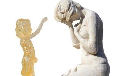 Dedicato ai bimbi mai nati, il monumento che rappresenta quell'amore che nemmeno la morte può separare