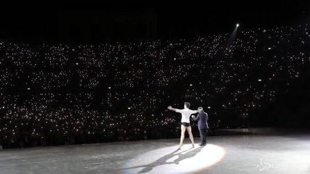 """Roberto Bolle """"dirige"""" il pubblico: la ola con i cellulari all'Arena di Verona"""