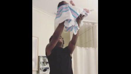 """Il papà in ospedale impazzisce di gioia: festeggia la nascita della figlia come nel film """"Il Re Leone"""""""