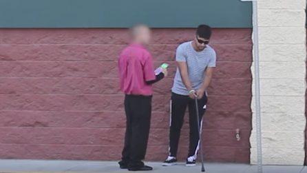 Finge di essere cieco e dà il biglietto vincente della lotteria a un passante: incredibile quello che succede