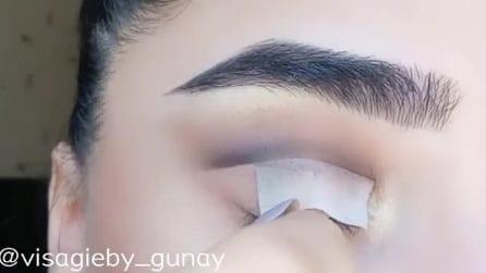 Mette una striscia sulla palpebra: l'idea di make up per uno sguardo fulminante