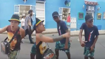 I due giovani rapper improvvisano in strada e lasciano tutti a bocca aperta