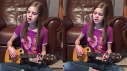La bambina prodigio ha una voce meravigliosa: si siede a terra e canta un grandissimo successo