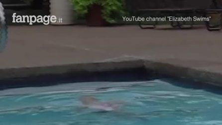 Ha poco più di un anno, ma non ha paura di nuotare. Il motivo vi emozionerà