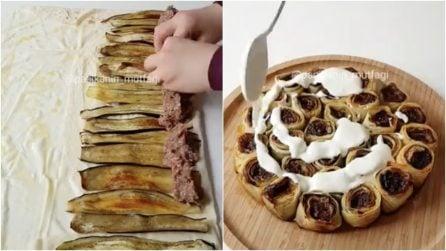 Avvolge carne e melanzane nella sfoglia di pasta fillo: il rotolo sfizioso e goloso