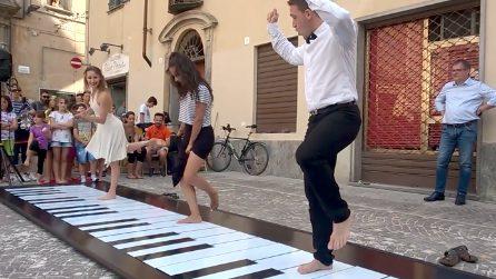 Camminano sui tasti del mega pianoforte e danno vita a uno spettacolo unico