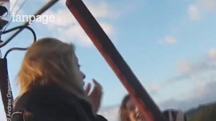 La fa salire su una mongolfiera a sua insaputa per regalarle una proposta di matrimonio pazzesca