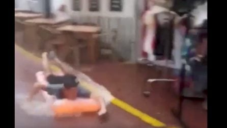Piove in strada e il turista si lancia con il lettino gonfiabile in discesa