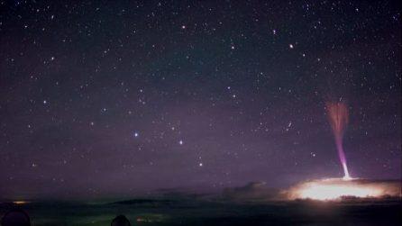 Impressionante fulmine nella stratosfera: il raro fenomeno del getto blu alle Hawaii