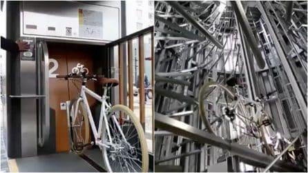 """Tokyo, la bici """"sparisce"""" sottoterra: all'interno del futuristico parcheggio verticale"""