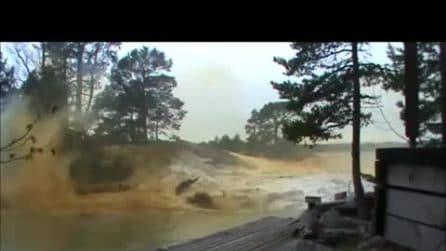 Il video virale del fulmine che provoca un'esplosione nel fiume